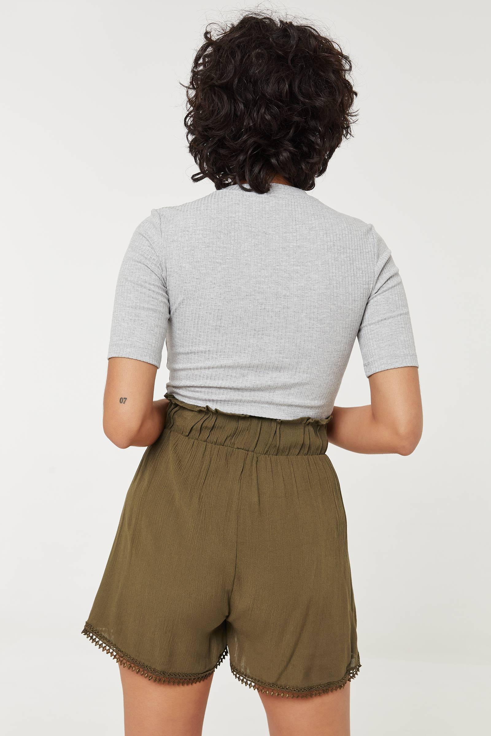 Short plissé avec détail crocheté