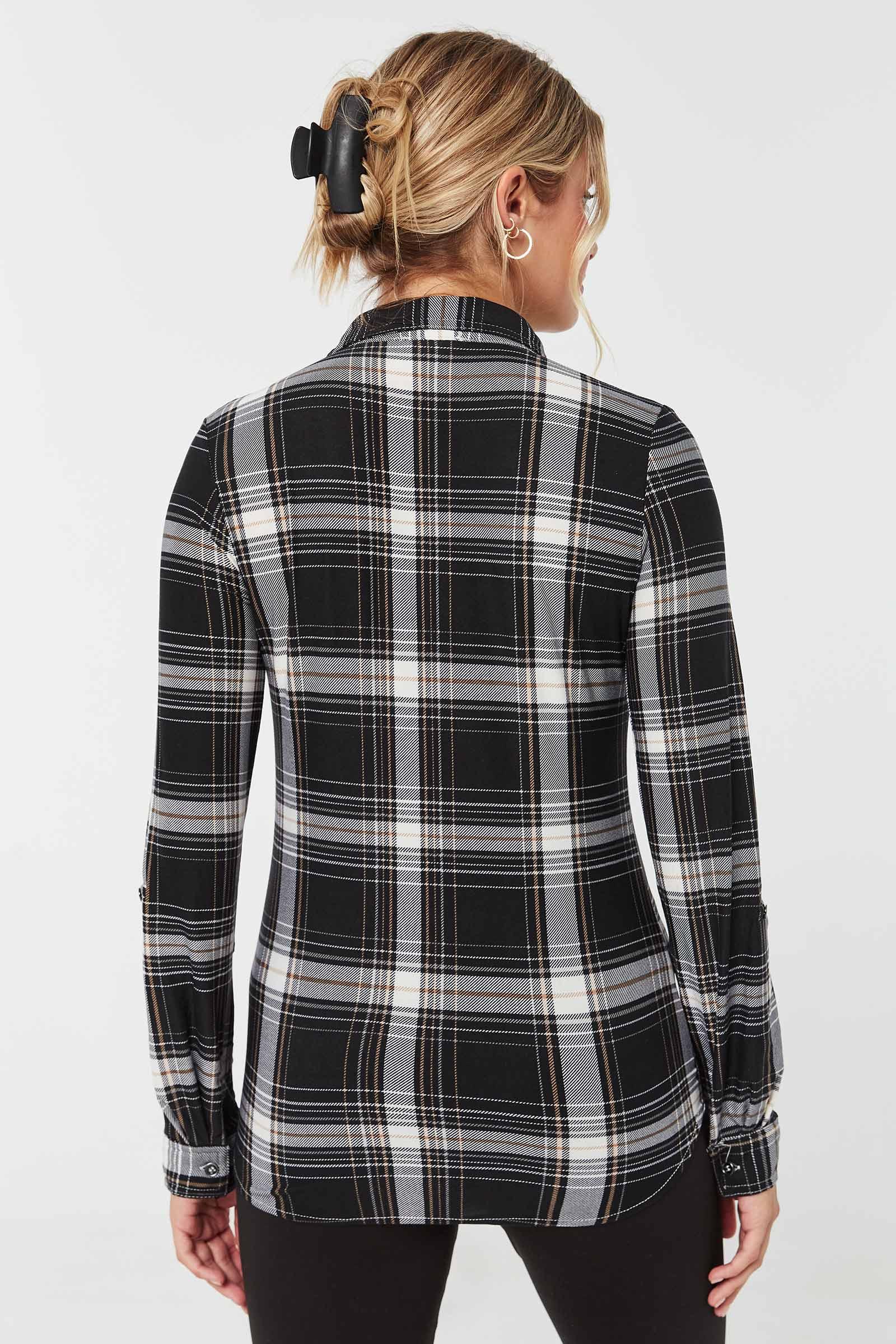 Chemise longue à carreaux et manches à rouler